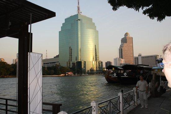 Millennium Hilton Bangkok : Hotelgelände Flusseite mit Bootanleger
