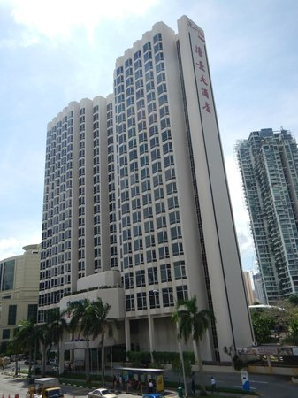Four Points by Sheraton : Riverview Hotel from walkbridge to Bus stop