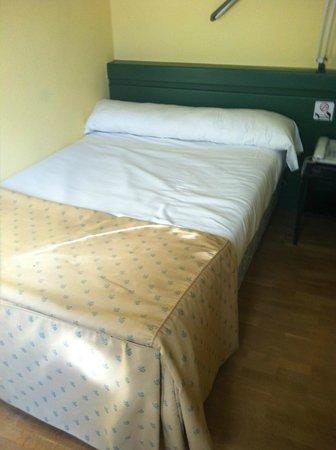 Hotel Anaco: Cama pequeña y pegada a la pared, imposible descansar sin tener que separarla