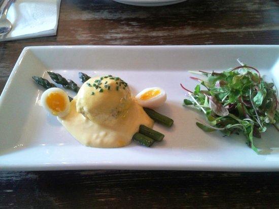 Falcon Inn: Crab cake, hollandaise sauce, asparagus and quail's egg