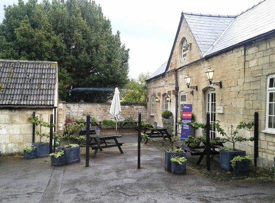 Falcon Inn: Outdoor seating area