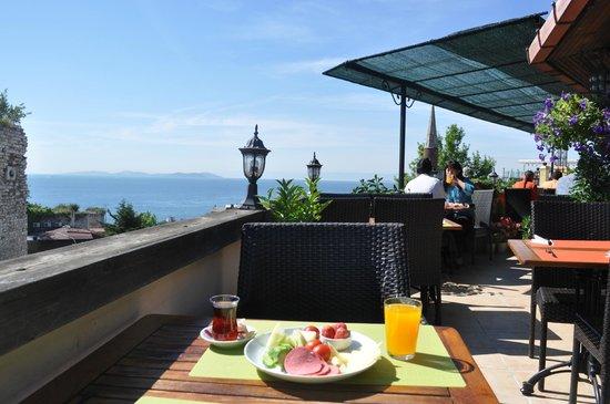 Megara Palace Hotel : Terrasse pour un petit déjeuner au soleil
