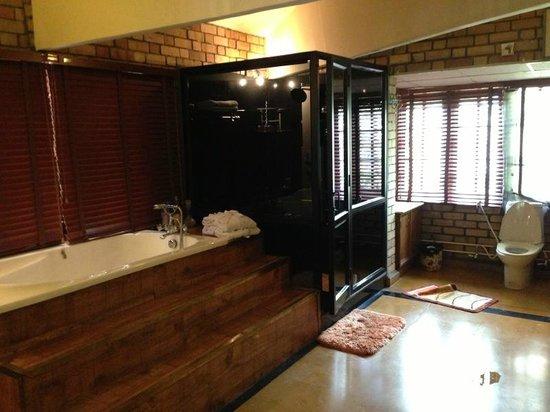 Vishranti - A Doon Valley Jungle Retreat: Nice Bath Tub & Shower Cubicle
