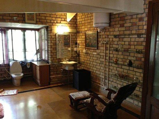 Vishranti - A Doon Valley Jungle Retreat: Huge Bathroom