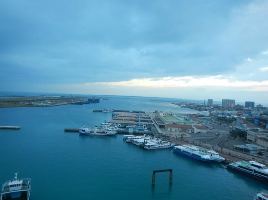 Hotel East China Sea : ホテルの窓からの石垣港。