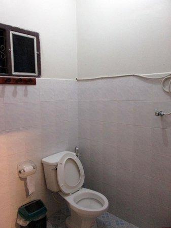 Monsavanh Guesthouse: シャワー・トイレ