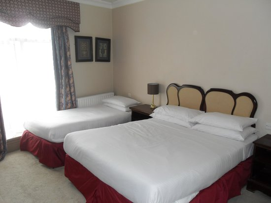 The Spanish Arch Hotel: Beds in a double room