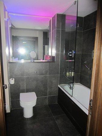 The Twelve Hotel: bathroom with funky mood lighting