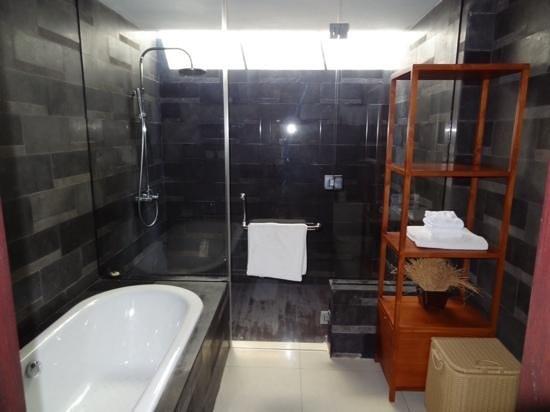 Rama Beach Resort and Villas: premium suite bathroom
