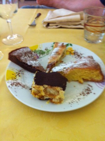 Osteria La Delizia: Assaggi dolci: la mitica torta al cioccolato,tiramisu ,torta mele e torta amaretto !