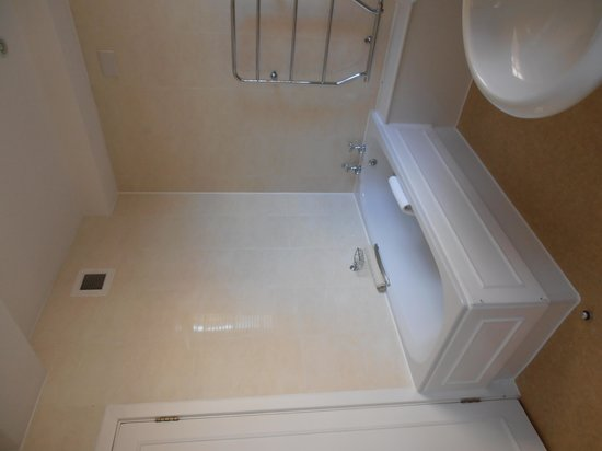 Dolphin House Serviced Apartments: Bathroom.