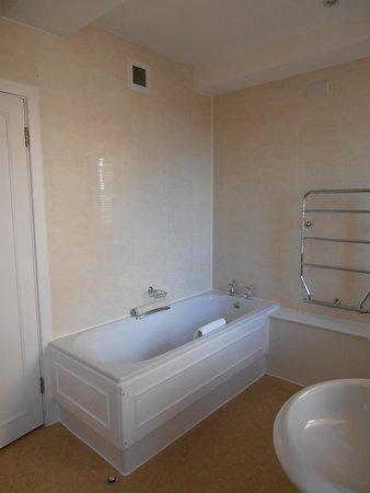 Dolphin House Serviced Apartments: Bathroom.