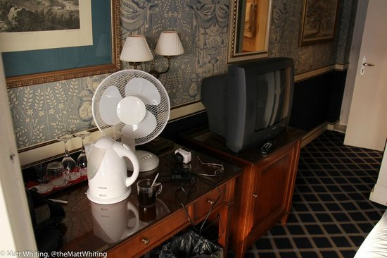 Carlton Lausanne Boutique Hotel : Desk and TV