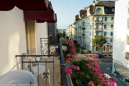 Carlton Lausanne Boutique Hotel : View from my balcony down the street towards Lake Geneva