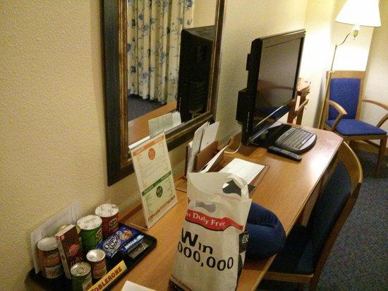 Saray Hotel: Room desk and TV