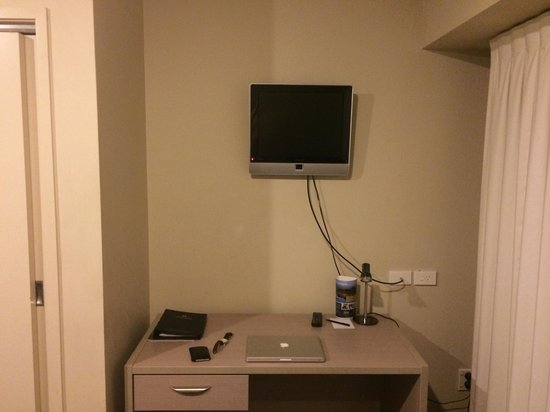 Grand Chancellor Auckland Hotel: Desk and TV