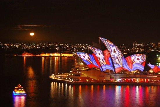 The Opera House to the Botanic Gardens Walk: Sydney Opera House by Night