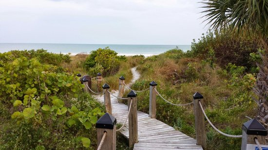 Tortuga Beach Club Resort : No bare feet on the boardwalk!