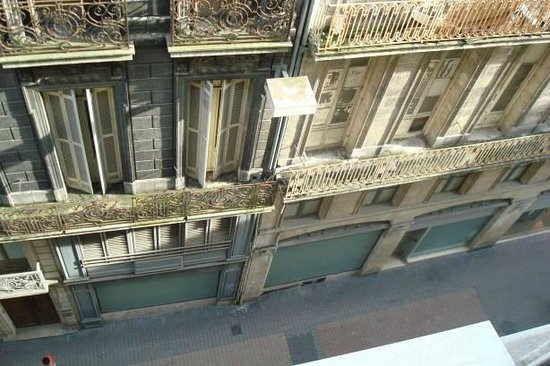 Quality Hotel Bordeaux Centre : Looking down leaning out of the window