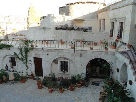 Caravanserai Cave Hotel: Terasse