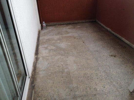 Catalonia Punta del Rey : Estado del suelo de la terraza de la habitación