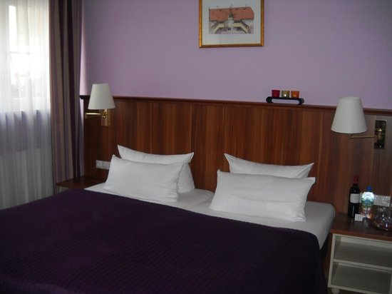 Hotel Elch: Comfortable bed.