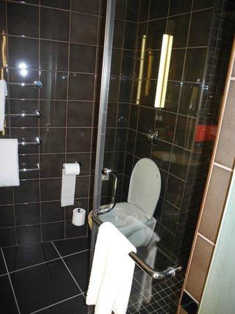 The Hoxton, Shoreditch: spacious bathroom