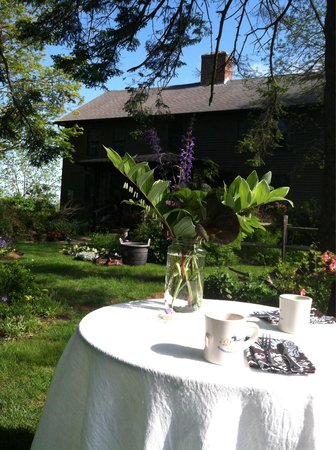 Roseledge Country Inn and Farm Shoppe: Breakfast outdoors