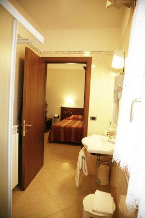 Hotel Tiziana: camera e bagno