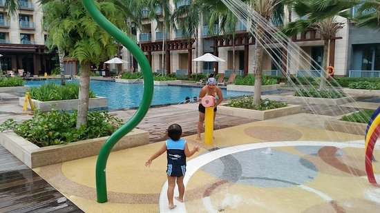 Resorts World Sentosa Festive Hotel Swimming Pool With Sprinklers For The Kids