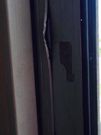 Meadowlands View Hotel: Broken window