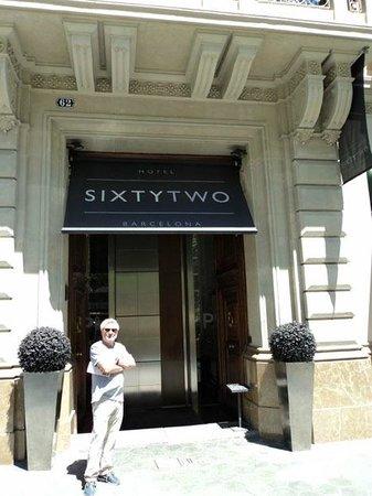 Sixtytwo Hotel : Вход в отель