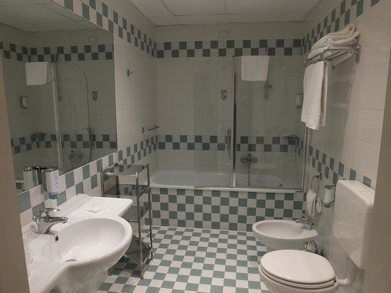 Grande Albergo Ausonia & Hungaria: Our spotless bathroom