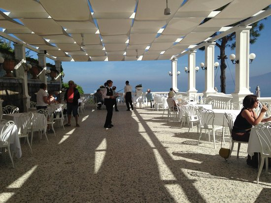 Europa Palace Grand Hotel: Breakfast on the terrace