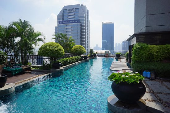Banyan Tree Bangkok: Well appointed pool and spa on the side of hotel