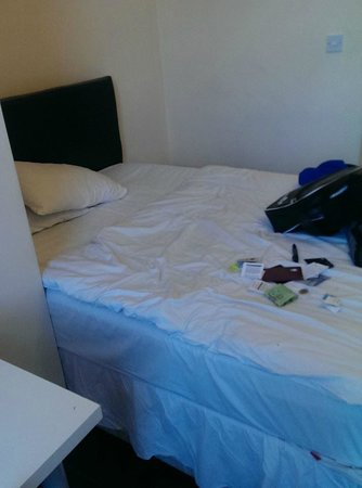 Silk House Hotel: Room was big enough for a bed and that's about it.  Sheets were stained.