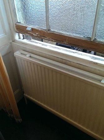 Silk House Hotel: Wooden windows in poor repair.