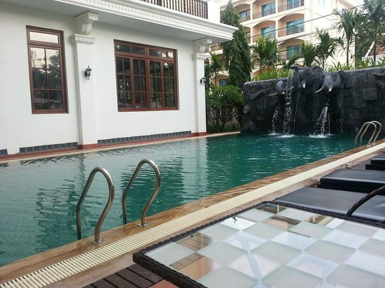 Royal Crown Hotel: pool area