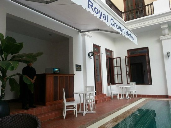 Royal Crown Hotel : pool area