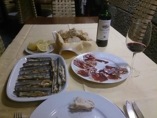 Hotel Puerta Gamboa: Razor-shell clams, pata negra ham, a wonderful rioja....