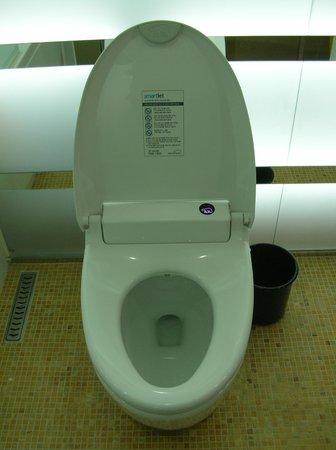 Imperial Palace Boutique Hotel: Туалет с ванной