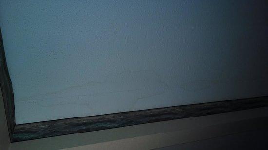 Baymont Inn & Suites Clarksville Northeast: Water damage on ceiling