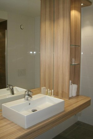 Tulip Inn Amsterdam Riverside: The bathroom