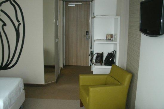 Tulip Inn Amsterdam Riverside: The entrance of the room