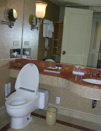 Lotte Hotel Busan: Туалет с ванной