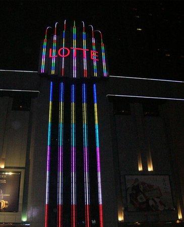 Lotte Hotel Busan: Ночной вид на отель с улицы