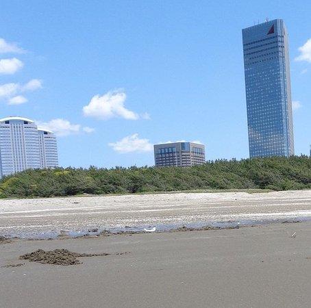 Makuhari Kaihin Park: 幕張の浜から見たメッセエリア