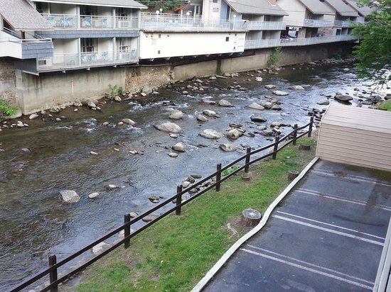 Days Inn Gatlinburg on the River: On balcony looking at river and watch the ducks swim.