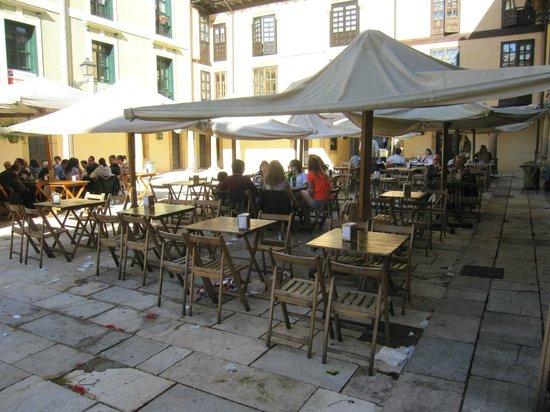 Plaza del Fontan : Terrazas en la plaza