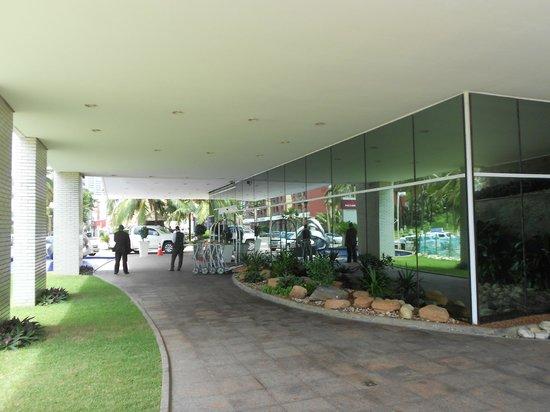 Mercure Salvador Rio Vermelho : Front entrance